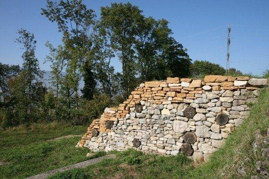 Rekonstruktion eines Teilstückes des Walls von Sermuz (Bild: © Olivier Anh, Wikimedia, CC BY-SA 2.5)
