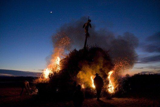 An dem Funkensonntag wird nach altem Brauch der sogenannte Funken verbrannt, ein hoher Strohhaufen oder Holzturm. (Bild: © herculaneum79 - fotolia.com)