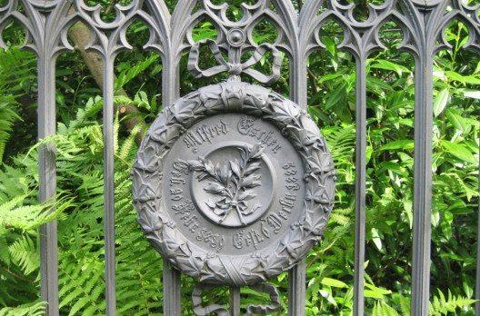 Efeukranz-Emblem am Grabmalgeländer (Bild: Stadt Zürich)
