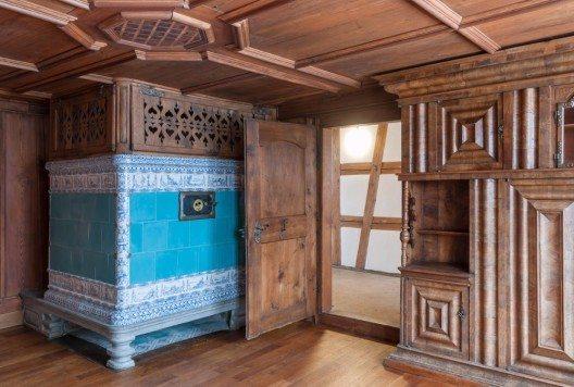 Die traditionelle Beheizung mit Kachelöfen in den beiden Stuben wurde beibehalten.