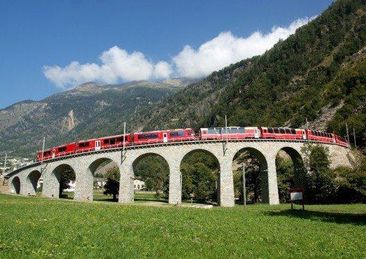 Rhätische Bahn in der Landschaft (Bild: © AlbulaBernina)