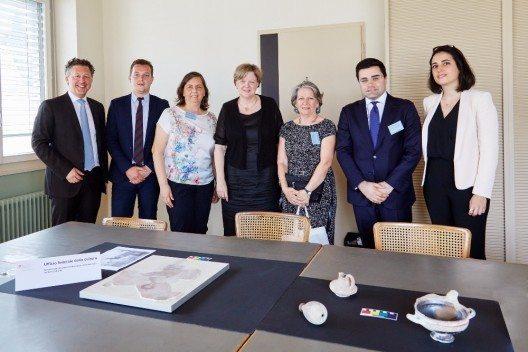 Isabelle Chassot, Direktorin des Bundesamtes für Kultur, überreichte die fünf antiken Objekte der Vertreterin des italienischen Kulturministeriums, Jeannette Papadopoulos.