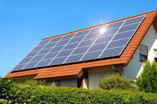 Das BAK bringt Solarenergie-Produktion und Schonung des Ortsbilds in Einklang. (Symbolbild: © Smileus - shutterstock.com)