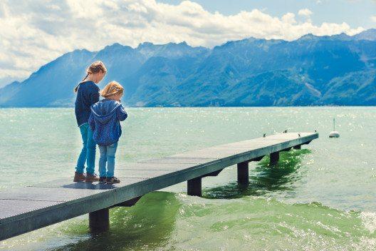 Eine immer intensivere Freizeitnutzung macht den Schweizer Flüssen und Seen zu schaffen. (Bild: © Anna Nahabed - shutterstock.com)