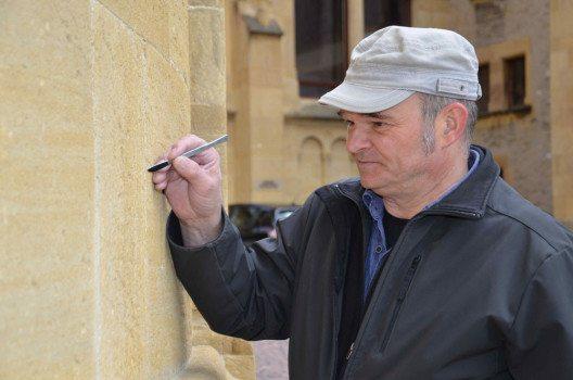 NE Neuenburg, Collégiale: Michel Muttner und seine Mitarbeitenden zeichnen verantwortlich für die minutiöse und professionelle Steinrestaurierung der Stiftskirche. (Bild: Elisabeth Muttner)