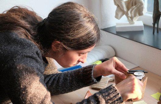 SG Rapperswil-Jona, Kempraten, Töpferei-Komplex: Die Archäologin Nadja Melko forscht über die Scherben, um Kenntnis über die Herstellung und Verbreitung der Alltagskeramik zu erlangen (Bild: Jürgen Batscheider).
