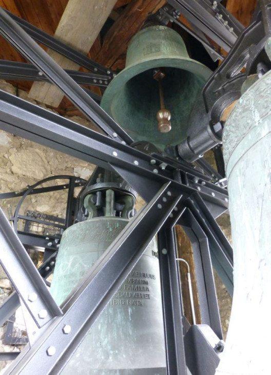 BL Arlesheim, Dom: Die Glocken- und Kunstgiesserei Rüetschi AG stellte mit René Spielmann und Mitarbeitern den Glockenstuhl, die Glocken und die Uhr so instand, dass sich die Vibrationen nicht mehr auf das wertvoll ausgemalte und stuckierte Deckengewölbe des Mittelschiffs übertragen (Bild: H. Rüetschi AG).