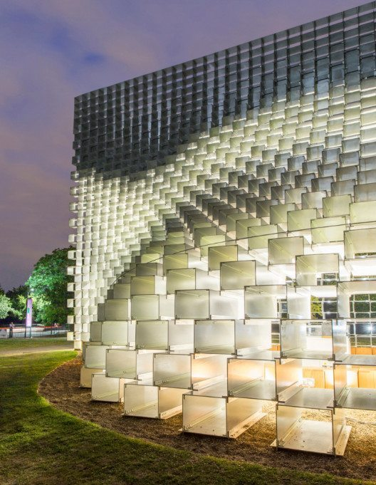 Ganz im Sinne der Vision von BIG unterstreicht die Beleuchtung die skulpturale Natur des Pavillons (Bild: Zumtobel)
