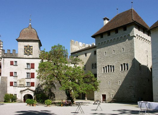 Schloss Lenzburg: Ostbastion (links), Palas und Turm (Bild: Geri340, Wikimedia, CC)