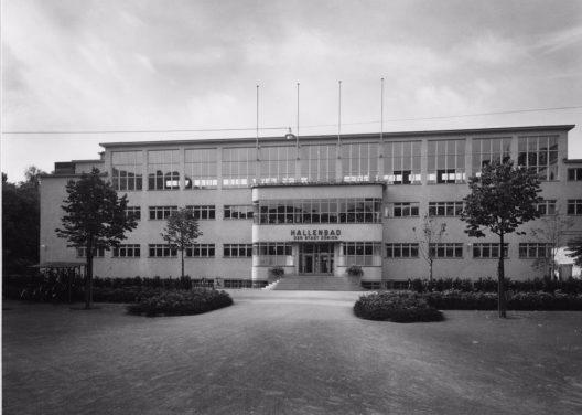 """Am 12. Mai 1941 öffnete """"Das Zürcher Hallenschwimmbad"""", das heutige Hallenbad City, seine Pforten."""