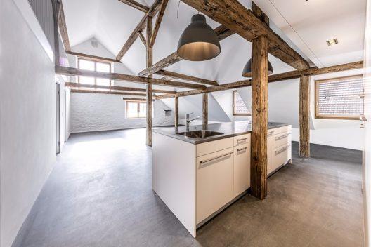 In der sanierten Küche kommen die Sichtbalken gut zur Geltung. (Bild: © Andrea Badrutt, Chur)