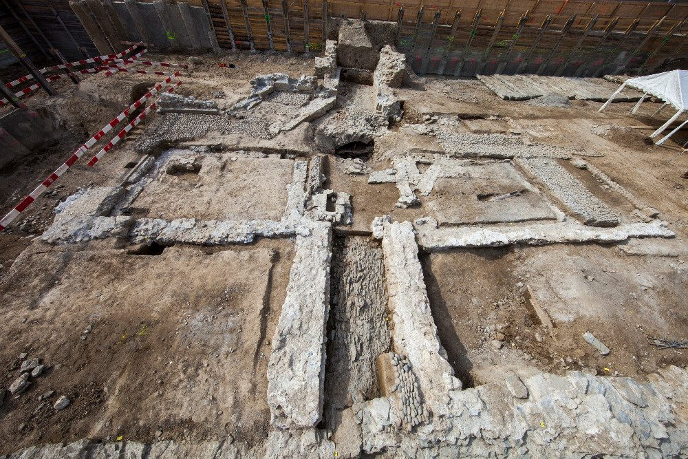 Die Reste der Hottingerporte, eines alten Stadtores, mit den Grundmauern von zwei Wachhäuschen