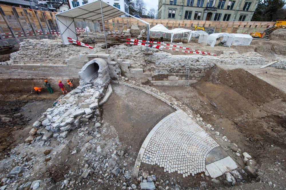 Die Reste des ovalen Rückhaltebeckens für den Wolfbach aus dem 19. Jahrhundert