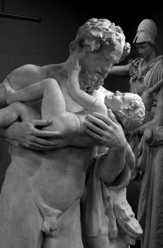 Gipsabguss des Silens mit dem Dionysosknaben, im Hintergrund die Athena Velletri