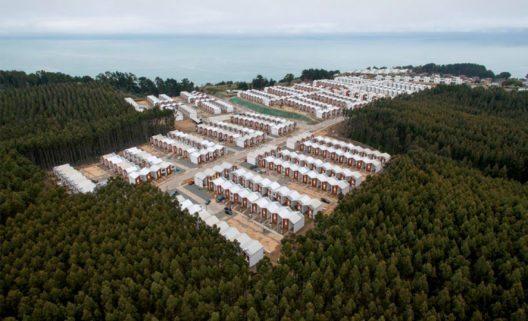 """Das chilenische Architekturbüro Elemental von Alejandro Aravena überzeugte 2014 mit einen Masterplan zum nachhaltigen Wiederaufbau der Stadt Constitución in Chile in der Kategorie """"Urban Developments & Initiatives"""". (Bild: Zumtobel Group AG)"""