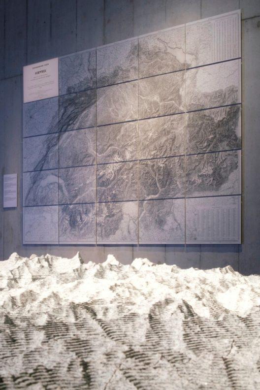 Das Gotthardrelief aus Gotthardgranit ist eine Dauerleihgabe der vier Gotthardkantone Uri, Graubünden, Tessin und Wallis. Es wurde eigens für die EXPO Milano 2015 hergestellt. (Bild: © Schweizerisches Nationalmuseum)