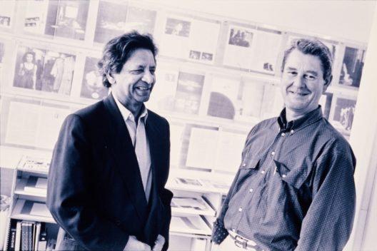 Der Schriftsteller V. S. Naipaul (links) mit Dieter Bachmann, Chefredaktor von 1988 bis 1998, in Zürich, 1993. (Bild: © Schweizerische Nationalbibliothek)