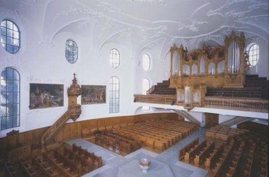 Horgen, Reformierte Kirche. Gesamtansicht des Innern mit Kanzel, Taufstein und Orgel. Zustand nach der Restaurierung, Juni 2012.