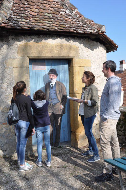 Léo Châtelain, Architekt (mit Besuchern) (Bild: © Tourisme neuchâtelois)