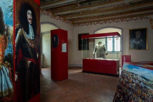 Die Ausstellung im Festsaal von Schloss Wildegg, wo bis ins 19. Jh. festliche Anlässe wie Taufen und Hochzeiten stattfanden.