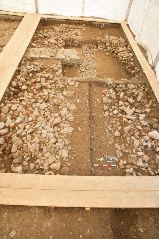 Die Ruine des römischen Gutshofs von Triengen Heideloch wurde im 19. Jahrhundert geplündert und das Baumaterial der Wiederverwendung zugeführt. Hinten links ein gut erhaltenes Teilstück der Gutshofmauer.