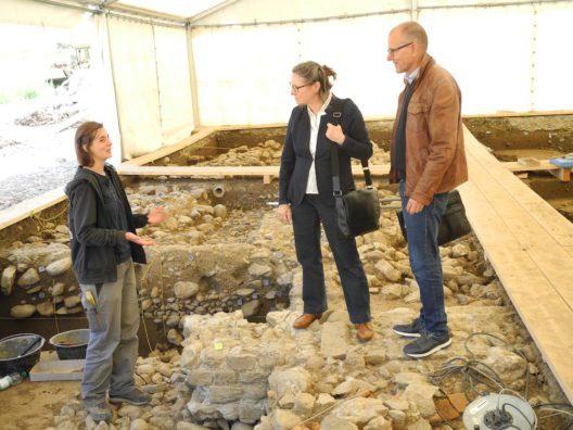 Die örtliche Grabungsleiterin Alissa Cuipers erklärt Dr. Karin Pauleweit, Leiterin der Dienststelle Hochschulbildung und Kultur, gemeinsam mit dem Kantonsarchäologen Jürg Manser die Grabungsergebnisse.