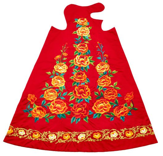 Korea Kleid. Rote koreanische Seide mit aufgesetzten Stickereien. Entworfen und genäht von Prisca Yang. Sie und ihr Mann stifteten das Kleid für die Schwarze Madonna im Jahr 2000 als Dank für einen erfüllten Kinderwunsch. (Bild: Inge Zinsli)