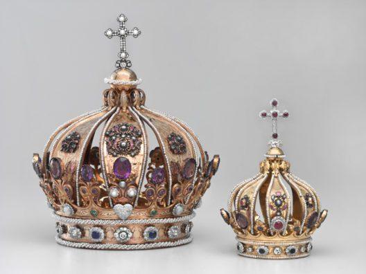 Kronen für Maria und das Jesuskind, Manufaktur Poussielgue-Rusand, Paris, um 1850/60. Kloster, Einsiedeln, Sakristei der Gnadenkapelle. (Bild: Schweizerisches Nationalmuseum)