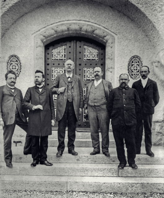 Der Vorstand der Gesellschaft Pro Vindonissa im Jahre 1912 vor dem neu eröffneten Vindonissa Museum. Von links nach rechts: Theodor Eckinger, Viktor Jahn, Samuel Heuberger, L. Frölich, Henri Nater, E. Fröhlich (Bild. © Gesellschaft Pro Vindonissa)