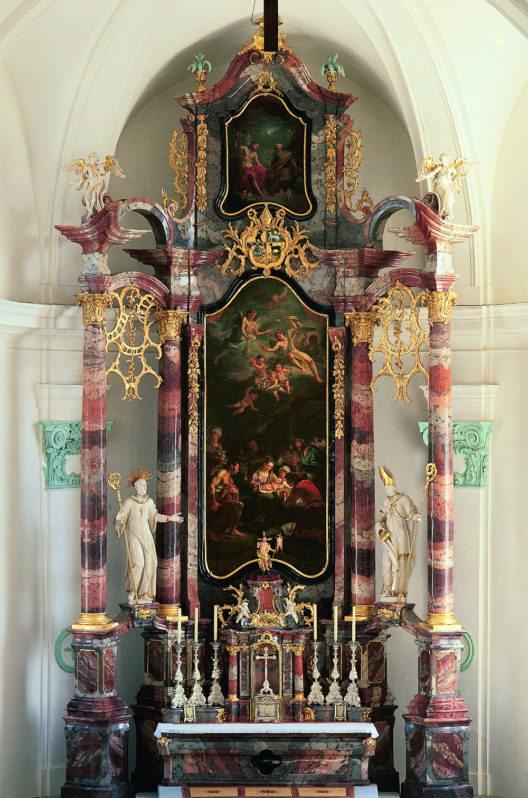 Näfels, Römisch‐katholische Pfarrkirche. Der Hauptaltar von 1783 mit dem Säulenretabel von Josef Anton Berchtold; Friedrich Vollmar schuf die Figuren und Johann Melchior Wyrsch die Gemälde. (Bild: Jürg Davatz)