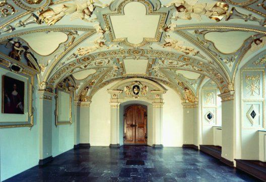 Näfels, Im Dorf 19, Freulerpalast, Sala terrena um 1645. Der barocke, wohl Stuckateur geschaffene Erdgeschossaal ist im Glarnerland einzigartig. (Bild: Markus Wolleb, um 1980)