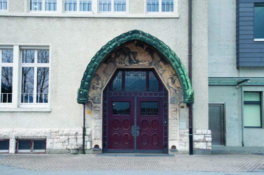 Niederurnen, Büel 1, Schulhaus Bühl von 1908. Vom Jugendstil geprägtes Portal aus der Bauzeit an der Ostseite. (Bild: Andreas Bräm)