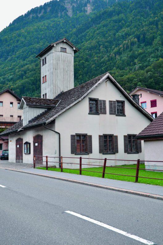 Bilten, Hauptstrasse 20, Feuerwehrhaus. Der Kleinbau ist inmitten von Neubauten weitgehend unverändert erhalten. (Bild: Andreas Bräm)
