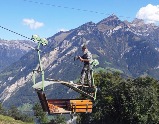 Bärchibahn bei Isenthal UR. Für viele Familien und Alpbetriebe in der Innerschweiz sind Kleinseilbahnen der Lebensnerv. Die Fahrt mit dem so genannten Niederberger-Schiffchen von 1979 ist Teil des täglichen Schulwegs der Kinder vom Hof der Oberen Bärchi. (Bild: Heidi Eberli)
