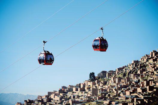 Mi Teleférico, La Paz Bolivien. In Städten, in denen der öffentliche Verkehr über Jahrzehnte vernachlässigt wurde, bieten Luftseilbahnen Lösungen. La Paz besitzt mit fünf gebauten Luftseilbahnlinien das grösste städtische Seilbahnnetz. Sechs weitere sind in Planung. (Bild: Doppelmayr/Garaventa Gruppe)