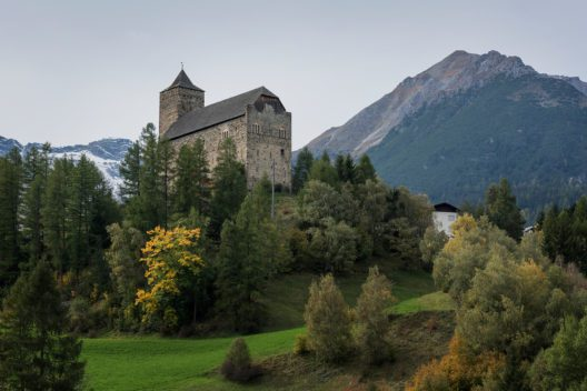 Die monumentale Burg von Riom: ein Wahrzeichen das majestätisch auf einem vorspringenden Geländesporn vor der Siedlung thront. (Bild: Beutler/Keystone)