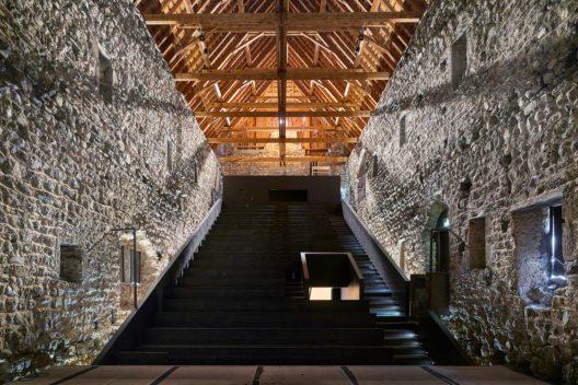 Das Sommertheater in der Burg von Riom: Innenansicht der 2006 eingebauten Zuschauertribüne mit dem schweren Dach aus den 1970er Jahren. (Bild: Beutler/Keystone)