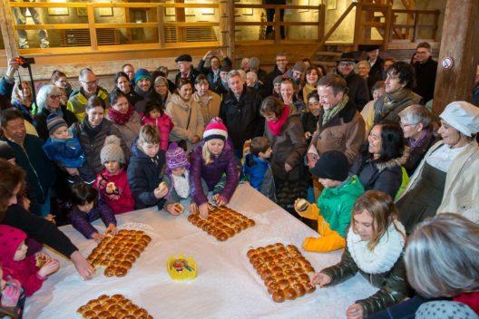 Beim grossen Dreikönigskuchen-Essen wird unter den 200 Gästen ein König oder eine Königin gekürt.