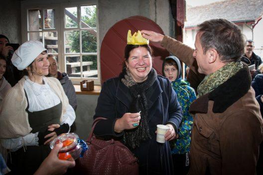 Marco Castellaneta, Direktor Museum Aargau, krönt die Aargauer Königin Annette Burger.