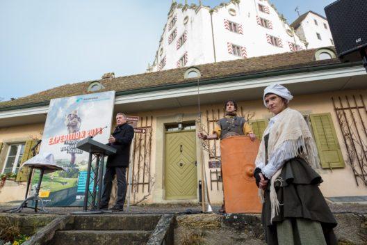 Ansprache von Landammann Alex Hürzeler (links), in Begleitung von Legionär Marcus und Dienstmädchen Anna