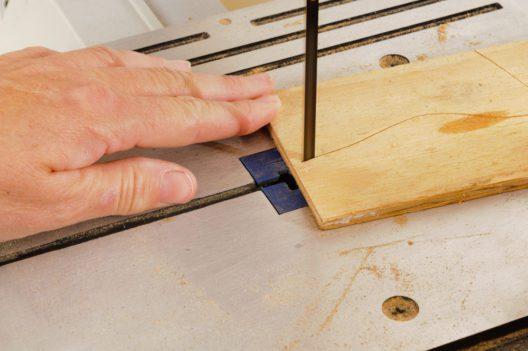 Präzise arbeiten mit der Bandsäge (Bild: Jeffrey B. Banke - shutterstock.com)