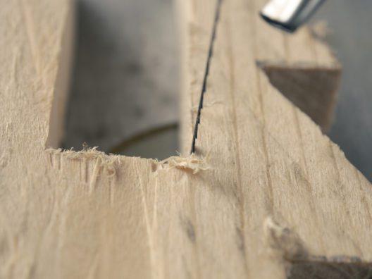 Vorsicht im Umgang mit der Dekupiersäge! (Bild: Andreas Berheide - shutterstock.com)
