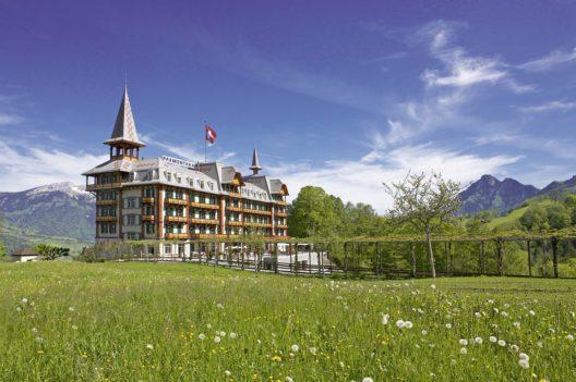 """Jugendstil-Hotel Paxmontana, Flüeli-Ranft – Hoch über dem Sarnersee, im Wallfahrtsort Flüeli-Ranft am Jakobsweg, thront das einzigartige und denkmalgeschützte Jugendstil-Hotel Paxmontana. Das Paxmontana – der """"Bergfriede"""" – ist eines der bedeutensten historischen Hotels der Schweiz. (Bild: Jugendstil-Hotel PAXMONTANA)"""
