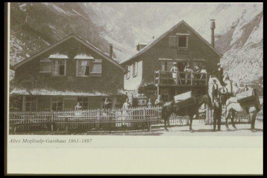 """Gasthaus Meglisalp im Alpstein – Im Jahre 1861 baute Josef Anton Dörig """"Mattebueb"""" das erste kleine Gasthaus auf der Meglisalp, begann offiziell mit dem Wirten und löste eines der ersten Wirtepatente im Alpstein. (Bild: Berggasthaus Meglisalp)"""
