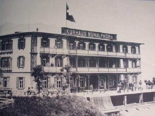 """Jugendstil-Hotel Paxmontana, Flüeli-Ranft – Das romantische Hotel wurde 1896 unter dem Namen """"Kurhaus Nünalphorn"""" vom Hotelier Franz Hess im Schweizer Holzbaustil als moderner Flachdachbau erbaut. (Bild: Jugendstil-Hotel PAXMONTANA)"""