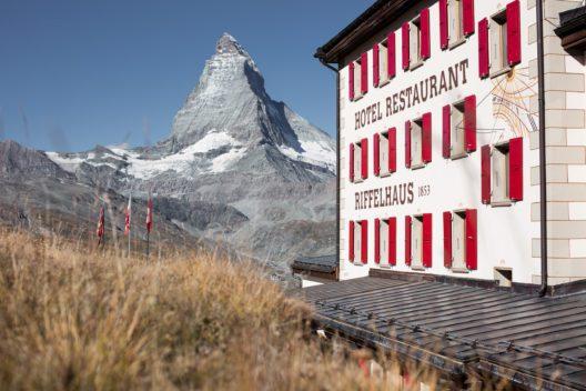 """Riffelhaus 1853, Zermatt – Das älteste Berghotel in Zermatt. Hier schrieb man Bergsteiger- und Hotelgeschichte. Ein Zeitzeuge, welches das """"Goldene Zeitalter des Alpinimus"""" einläutete. (Bild: Matterhorn Group Hotels Zermatt)"""