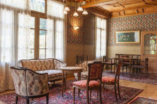 Hotel Rosenlaui, Haslital – Im Salon beim Nachmittagstee, inmitten von wunderschönen alten Möbeln aus den Jahren 1861 und 1905, mit Bibliothek, geniesst man noch die Zeit zum Lesen, zum Reden und zum Sein. (Bild: Hotel Rosenlaui)