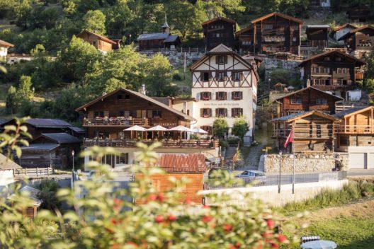 Weiler Ried mit authentischen Walliser Häusern und dem ältesten Hotel im Lötschental