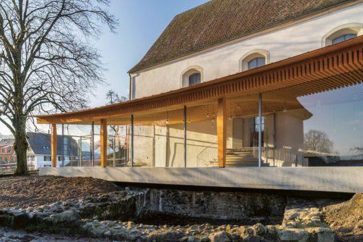 Ein ungleiches Paar! Die Alte Kirche Boswil besitzt einen modernen Anbau. Weshalb dies trotzdem harmoniert, lässt sich auf einer Führung der Kantonalen Denkmalpflege erfahren. (Bild: Kantonale Denkmalpflege, © Kanton Aargau)