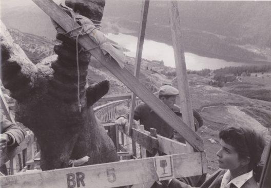 Der Transport des 2,6 Meter grossen und 400 Kilogramm schweren Steinbocks auf den Piz Nair war im Jahr 1958 ein abenteuerliches Unterfangen. (Bild: Engadin St. Moritz Mountains)